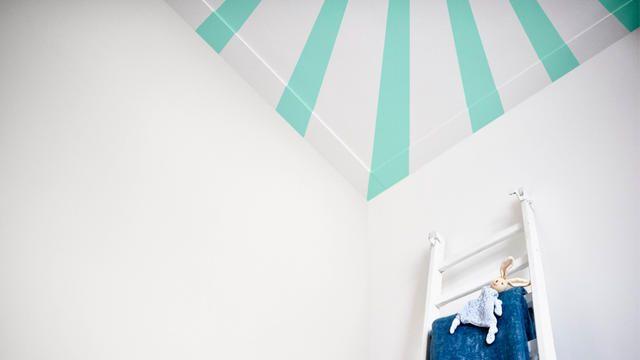 Les bébés sont fascinés par les motifs à fort contraste. Les rayures sont donc un choix idéal pour un plafond de chambre de bébé.