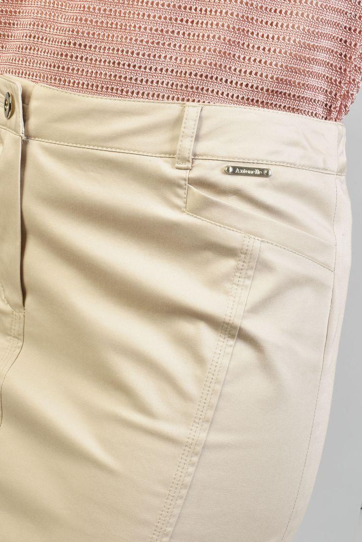 ANTONELLE JUPE COURTE CRAYON TOILE COTON. Réf :  19JU5967.Habillée de passants à la taille pour ceinture, la jupe à la coupe ajustée est dotée : de deux poches devant et de belles découpes verticales au dos dont celle du milieu qui se termine par une fente. Elle se ferme à l'aide d'un bouton et d'un zip sous patte. Vous pouvez l'associer avec sa veste coordonnée PASTILLE disponible également sur l'eshop. #Antonelleparis #jupe #beige #clothing #pretaporter #summer #lookoftheday #womenswear…