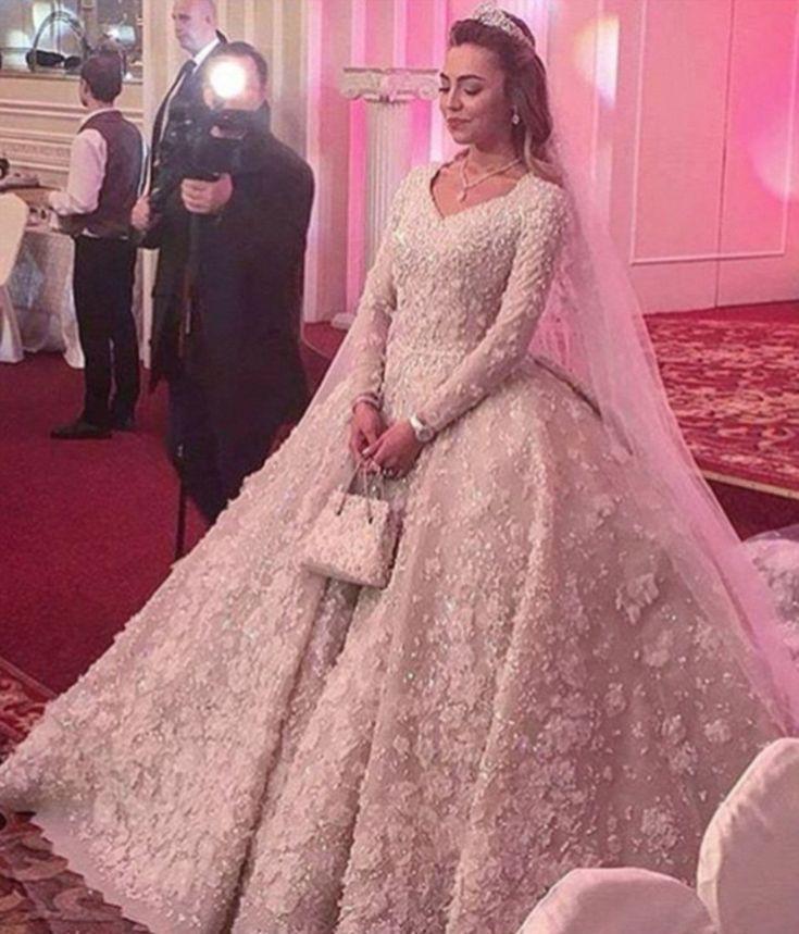 Podívejte se na drahou ruskou svatbu: http://www.koule.cz/cs/clanky/fotky-ze-svatby-ruskych-zbohatliku-tyto-saty-staly-milion-korun-61585.shtml