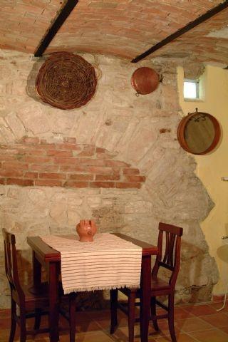 Cercemaggiore - B La Dimora d'Isabella sorge in un edificio ristrutturato del 1400, tra i più antichi di Cercemaggiore, piccolo borgo medioevale molisano. Offre camere matrimoniali con soggiorno, frigo, bagni privati, riscaldamento autonomo, TV. Disponibili 2 camere doppie con bagni privati, riscaldamento autonomo e TV. All'esterno una terrazza soleggiata per godersi un momento di relax. http://www.bbplanet.it/bed-and-breakfast-la-dimora-d-isabella-cercemaggiore_s18844/it/#