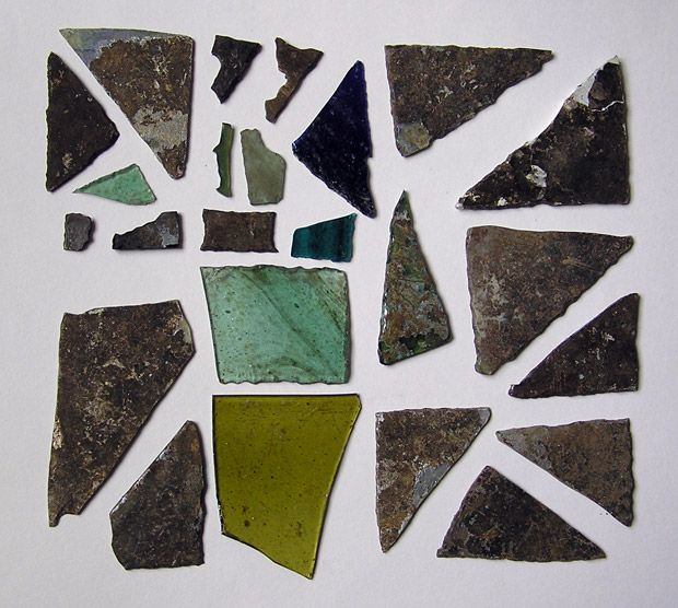 130 fragments de vitraux du chœur de la basilique Saint-Martin de Rezé (Nantes), 6e s. : les verres ont été découpés dans des plaques obtenues par soufflage en manchon ; la majorité sont grugés sur au moins un bord, adoptant des formes géométriques (triangles et quadrilatères) ou irrégulières (appartenant peut-être à un décor figuré) ; la teinte dominante est le vert, suivie du bleu et du jaune ambre ; le mode d'enchâssement n'est pas connu (ailettes de plomb ou claustra en pierre ou en…