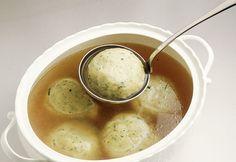 I canederli, o gnocchi di pane, sono una specialità del Trentino Alto Adige e si preparano con pane raffermo. Scopri la ricetta di Sale&Pepe.