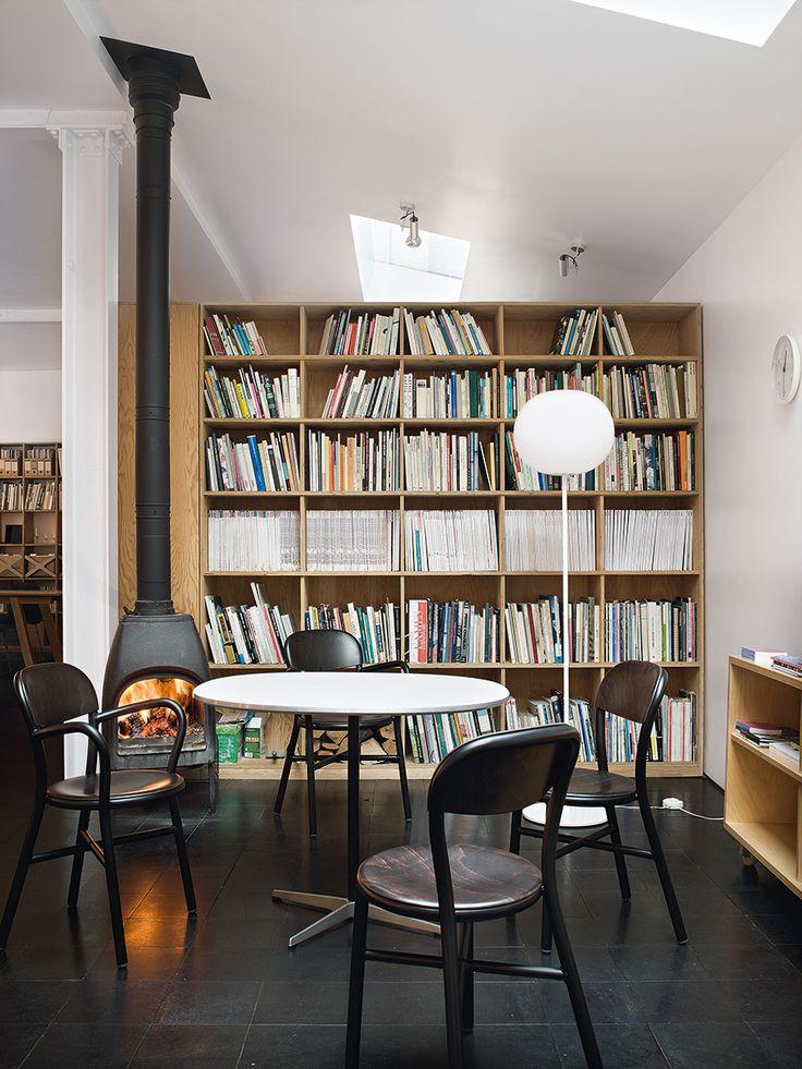 Biblioteca - AD España, © Santi Caleca En el estudio, al calor de la estufa, una mesa Atlas para Alias con sillas Pipe de Magis y lámpara Glo-Ball para Flos.