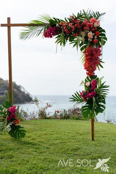 Roses Bugambilia et feuilles tropicales, cette arche de mariage!