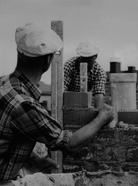 Kaksi muuraria työssä. Elanto-lehden kuva. 1954. Kuvaaja: Kanerva Teuvo. Lähde: HKM.