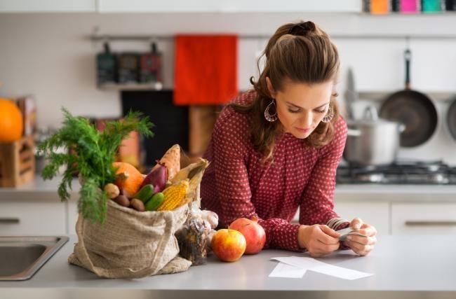 Планирование является одним из «китов» экономии. Если вы будете планировать меню на неделю вперед, это поможет вам избежать лишних трат, случайных перекусов, покупки продуктов, заканчивающих свой путь в мусорном ведре. Вы сможете сделать серьезный шаг в сторону здорового питания для всей семьи и освободить больше времени для себя, оптимизировав и закупки, и приготовление блюд.