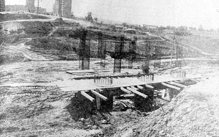 Wiadukt na ul. Filaretów, zbrojenie filarów. Zdjęcie pochodzi  Kuriera Lubelskiego z JUN 1982.  Fot. Cezary Krupa.