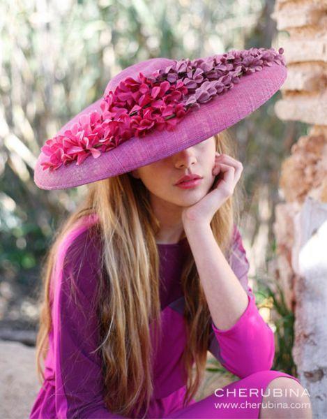 Chapéus de aba larga: modelos elegantes para convidadas com estilo Image: 1