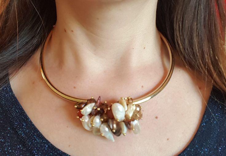 Gargantilla dorada con perlas blancas y cafés, cristales dorados, cornalina, ojo de gato y ojo de tigre café. 47 cm extensible a 50 cm