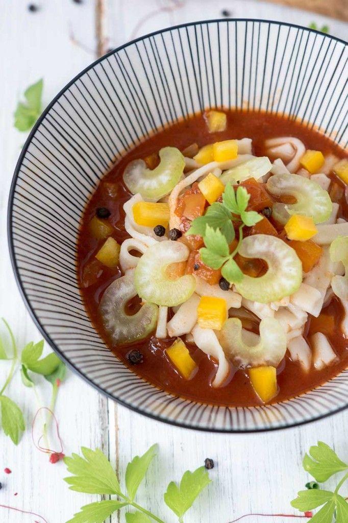 Fleischlos lecker - So einfach kannst Du dir mit diesem vegetarischen Rezept eine würzige Gemüsebolognese mit Paprika und Sellerie selber zubereiten.