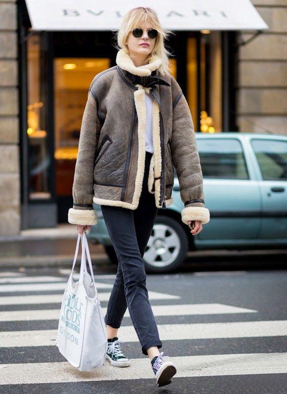 Comment porter la veste aviateur en peau lainée tendance cet hiver ? Le bon look avec un jean et des baskets Converse. #look #outfit #style