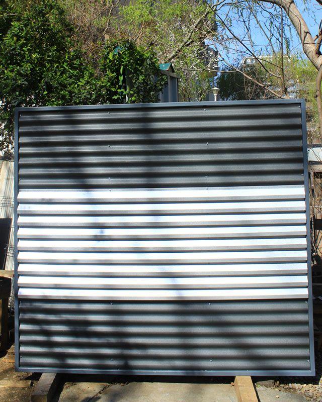 Panou de gard metalic din paleta de culori alb-negru.
