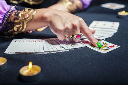 Erfahre im Beitrag mehr über die schönsten Kartendecks und in welchen Situationen eine Kartenlegung hilfreich sein kann. Ein Quiz gibt Dir zudem Aufschluss darüber, ob spirituelles Kartenlegen etwas für Dich ist.  #vidensus #kartenlegen #hellsehen #wahrsagen #astrologie #tarotkarten #lenormandkarten #kipperkarten #esoterik #spiritualität #gratisberatung #gratisgespräch