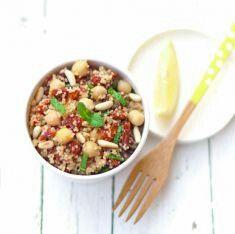 - 250 g di ceci lessati - 200 g di cuscus integrale - 200 g di pomodori sottolio - 1 limone - 3 cucchiai di pinoli - 4 rametti di menta - 200 ml di brodo vegetale - olio di oliva extra vergine - sale - pepe PREPARAZIONE 1 Portate a bollore il brodo vegetale, poi versatelo sul cuscus insieme a un goccio d'olio in una ciotola. Coprite e lasciate rinvenire il cereale per 5-7 minuti. Quindi granatelo con una forchetta e lasciatelo raffreddare. 2 Tostate in una padella i pinoli finché saranno…