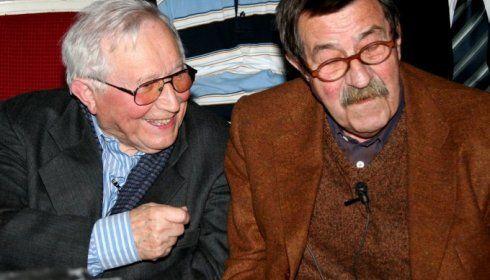 Günter Grass – niemiecki pisarz, Honorowy Obywatel Miasta Gdańska. Na zdjęciu po prawej, po lewej - polski poeta, Tadeusz Różewicz.
