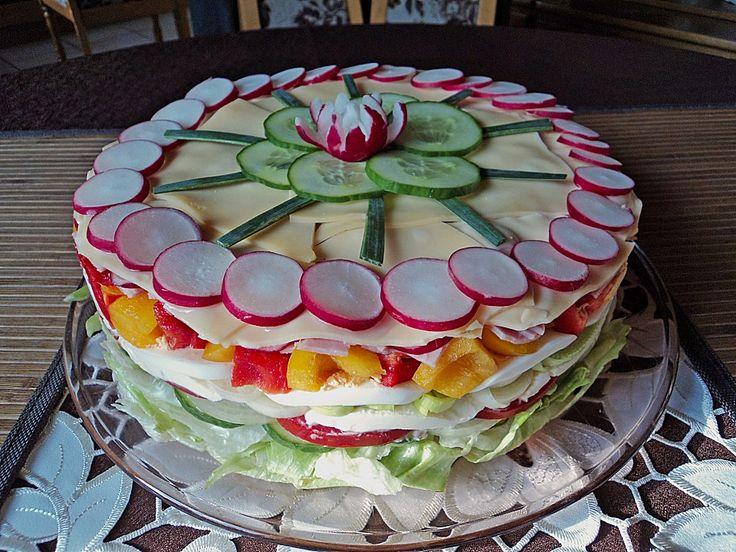 Zutaten 1 Kopf Salat 1 Salatgurke(n), in Scheiben 2 große Zwiebel(n), in Scheiben 250 g Tomate(n), in Scheiben 3 Mozzarel...