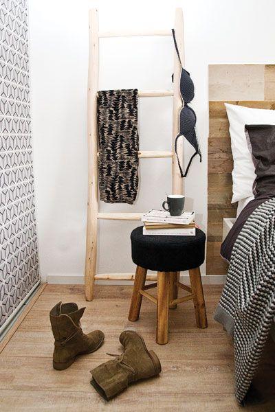 Verruil een nachtkastje eens voor een krukje en houten ladder - #wonenvoorjou
