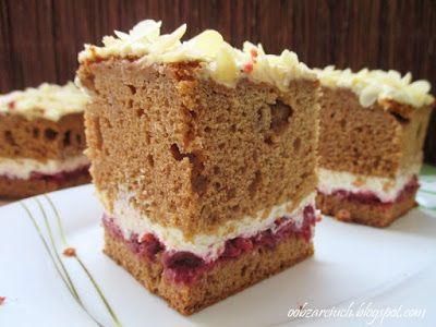 Miodowe, puszyste ciasto przełożone dżemem wiśniowym i lekką masą na bazie mascarpone. Idealne do kawy czy herbaty na jesienne popołudnia i wieczory
