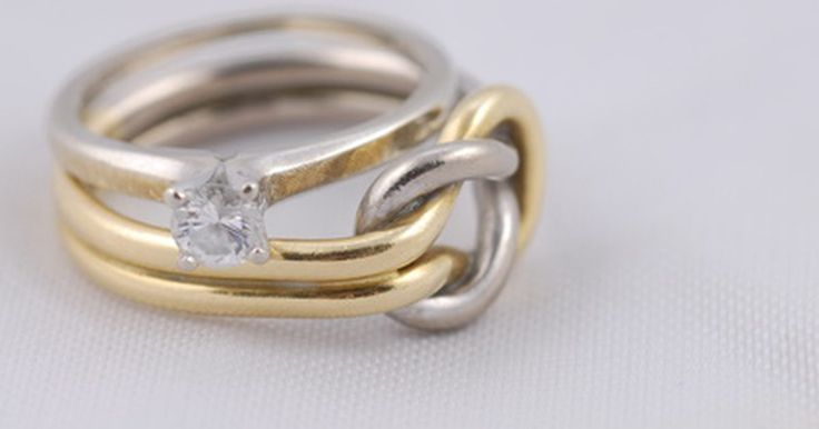 """O significado dos anéis irlandeses. As alianças de casamento irlandesas não são somente bonitas, são simbólicas. A maioria delas contém palavras em gaélico escritas do lado externo e, algumas vezes, símbolos celtas. Entre as inscrições usadas, estão """"Gra Dilseacht Cairdeas"""", que significa """"amor, amizade e lealdade"""", """"Gra Go Deo"""", que significa """"amor para sempre"""" e """"Mo Anam Cara"""", ..."""