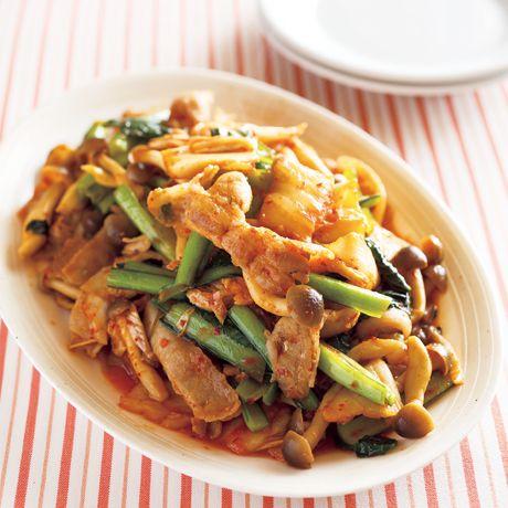 レタスクラブの簡単料理レシピ 白いご飯に合うおかずの定番「豚肉と小松菜のキムチ炒め」のレシピです。