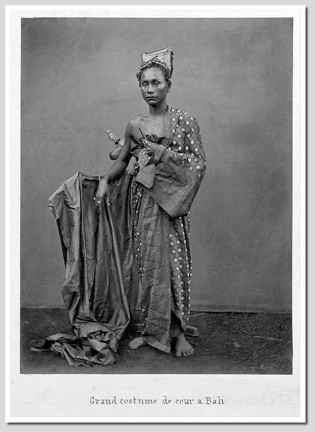 Grand costume de cour (Grand court dress), ca. 1900, photographer unknown. Source: Tropenmuseum of the Royal Tropical Institute, Amsterdam (KIT)