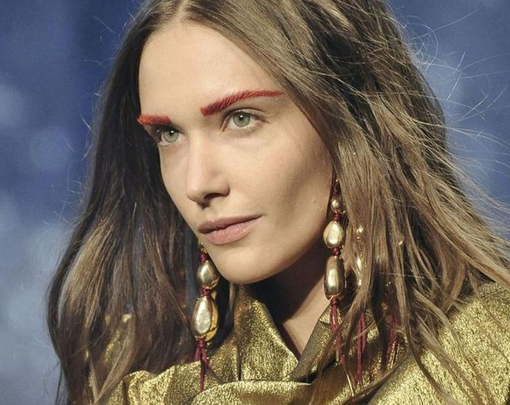 Najmodniejsze makijaże na wiosnę. Trendy w makijażach wiosennych i kosmetykach prosto z wybiegu. Makijaż na wiosnę-lato, czyli jak malować usta, oczy i konturować twarz