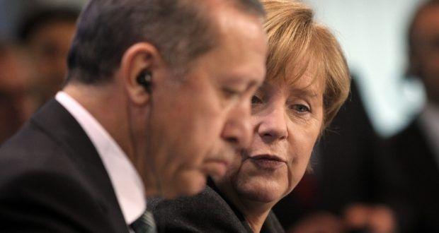 """In der Türkei hofft man, dass die EU im Wandel zu einer globalen Weltmacht, die Türkei benötigt. Tatsächlich hat sich die EU von den Türken abhängig gemacht. Die Drohung den Flüchtlingsdeal aufzuheben, wenn die Zusagen nicht eingehalten werden, bleibt aufrecht und es wird provoziert: """" Die Türkei sei kein Konzentrationslager"""". Merkel will die Verhandlungen auf Eis legen."""