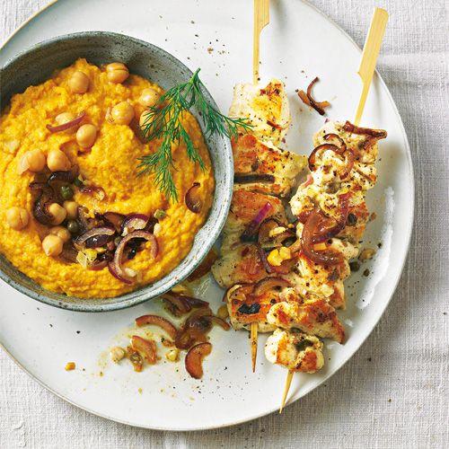 Rezept für Hähnchen-Kebab und Möhrencreme: Erst marinieren, dann kross anbraten, so wird das Hähnchenfleisch schön zart und saftig. Dazu servieren wir eine Creme aus Kichererbsen, Möhren und Ziegenfrischkäse.