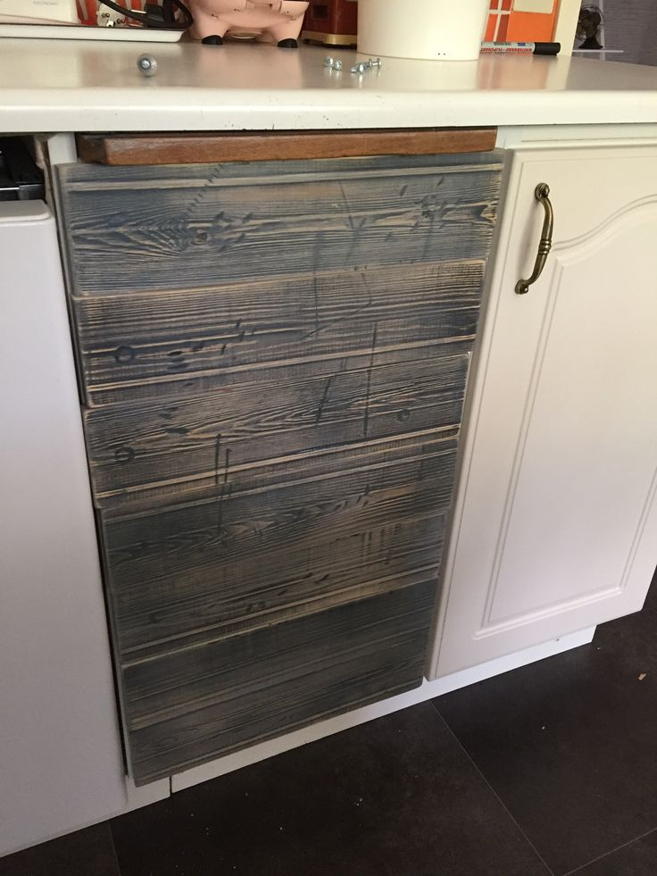 Eller förnyade lådor kanske, grunden är den samma men utsidan är ny ☺️ Innan var det vanliga vita kökslådor – nu är de mycket intressantare och en till rand i vårt hus kan man säga 😃 Ha…