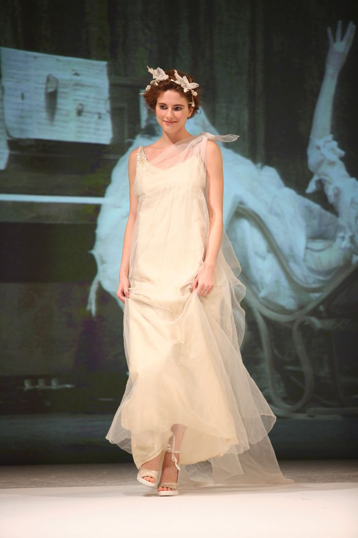 Linee delicate un po' retrò,tessuti particolari,ricami leggeri,cerchietti fioriti, poesia per una sposa romantica. Delicate lines a little 'retro, special fabrics, embroidery light, headbands flowers, poetry for a romantic bride . Catwalk picture by William Lauro.