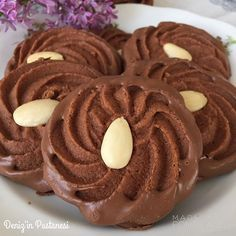 Çikolatalı kahveli Viyana kurabiyesi 200 gr tereyağı (yumuşak) 60 gr pudra şekeri  30 ml kahve 50 gr mısır nişastası 115 gr bitter çikolata 1 tatlı kaşığı vanilya özütü 200 gr un  Çikolatayı benmaride eritin, tereyağını, pudra şekerini ve vanilyayı krema kıvamına gelene kadar çırpın ardından oda ısısına gelmiş olan çikolatayı ve kahveyi ekleyin iyice karışına kadar çırpın son olarak unu ve nişastayı ekleyin karıştırın. Hamuru yıldız uç takılı sıkma torbasına alın ve tepsiye ikişer santim…
