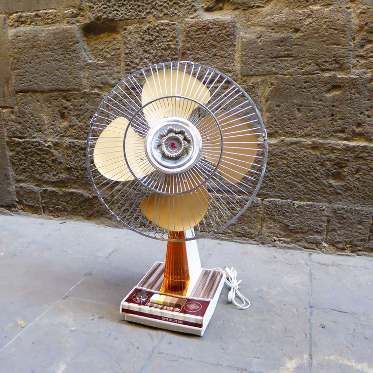 This astonishing Super Deluxe fan was designed during the 1970s. It features brown & golden tones and comes with various speed options and a front light. It is in a good vintage condition, and in full working order including the lamp. The timer is not operative. Measures: H69 x ø44 cm If you'd like a …
