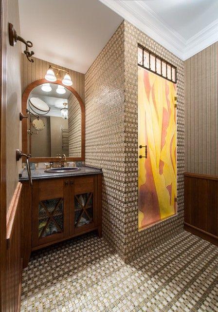 Деревянная мебель для ванной комнаты в темных тонах, а также выделенная зона для принятия душа с тонированной стеклянной дверью. #мебель_для_ванной #душ #темная_мебель_для_ванной #стеклянная_дверь_для_душа