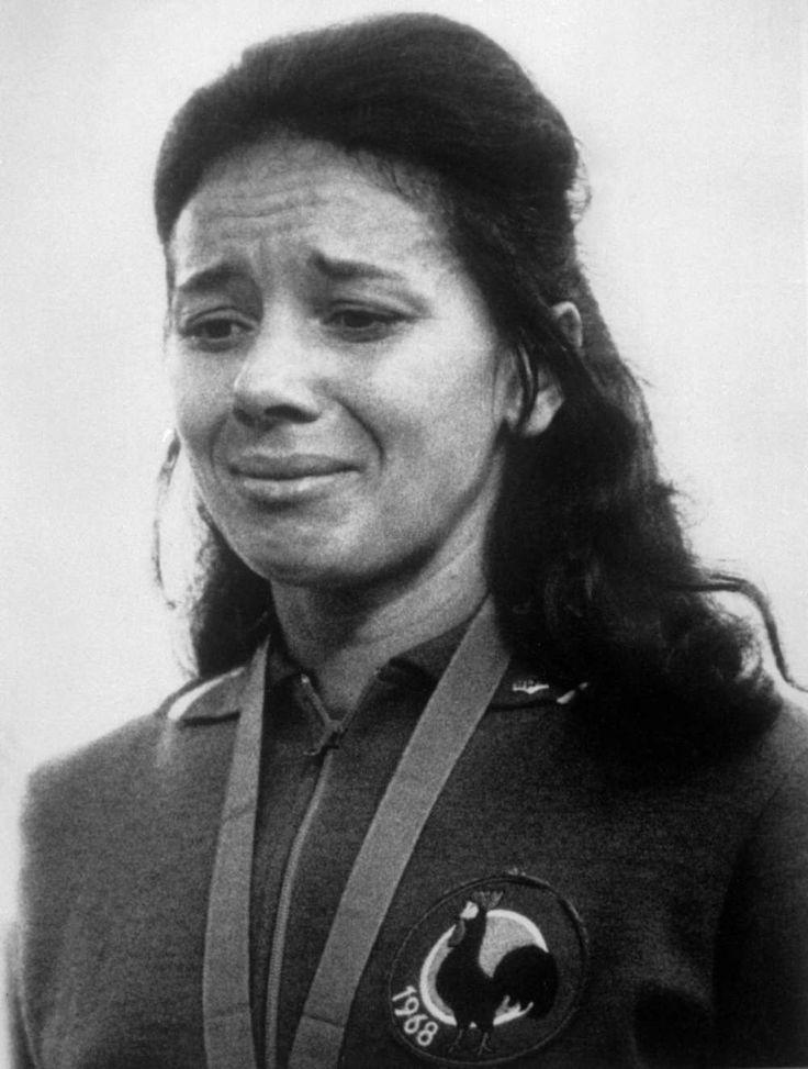 Le 16 octobre 1968 lors des Jeux olympiques à Mexico, Colette Besson est en pleurs sur le podium après avoir remporté l'épreuve du 400 m.