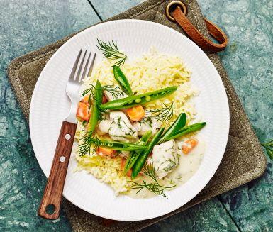 Dillkyckling med glacerade salladsärter är en variant på den klassiska husmanskosten dillkött. Kycklingen får koka sig saftig tillsammans med morot och fond och reds sedan av till en krämig gryta. Tillsätt ättika och dill och servera med smörglacerade salladsärter och pressad potatis.