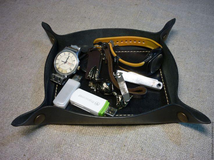 Купить или заказать (№14)  Лоток для бытовых и офисных мелочей. в интернет-магазине на Ярмарке Мастеров. 'Лодка' для бытовых и офисных мелочей. Изготовлена из натуральной кожи. Очень удобная вещь , в неё можно положить всякие мелочи, что бы не валялись по всему столу. Такую 'лодку' можно поставить на рабочий стол или в прихожей под часы, телефон, бумажник, флешки, ключи и т.д. Углы держатся на одёжных кнопках, можно разобрать и положить в сумку или ящик. Иначе говоря как походный вариант.