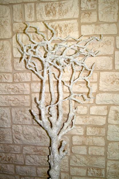 """Wunderschöner Baum, über und über weiß glitzernd und funkelnd! Der """"Glamour Tree"""" glänzt nicht nur zu Weihnachten, er ist auch bei Hochzeiten u.a. ein einzigartiger Hingucker!    Höhe ca. 160 cm, Topf ca. 22 x 22 cm. Die einzelnen Äste können nach Wunsch """"in Form gebogen"""" werden.    http://www.lamonee.com/index.php/de/shop/wohnaccessoires/deko-skulpturen"""