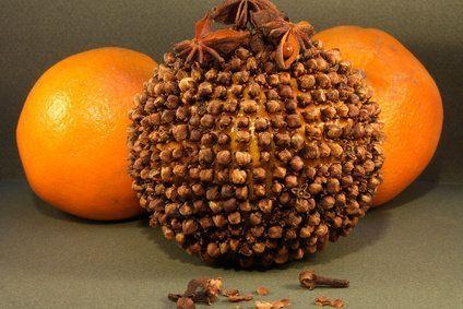 Méthode naturelle pour éloigner les moustiques : les pommes d'ambre. Recouvrir la surface d'une orange de clous de girofle. La mettre sur la table de nuit, fermer porte et fenêtre. Au bout de deux jours, la pièce commencera à sentir l'odeur de girofle à l'orange et les moustiques n'entreront plus (elles conservent leur odeur plusieurs mois). D'autres astuces sur le site. À utiliser pour parfumer la maison *