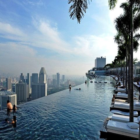 Οι πιο όμορφες πισίνες στον κόσμο!  Το θέρετρο Marina Bay Sands στη Σιγκαπούρη έχει τη φήμη ότι είναι το πιο εντυπωσιακό ξενοδοχείο στη Σιγκαπούρη. Πόλο έλξης αποτελεί η τεράστια πισίνα υπερχείλισης, όπου μπορείτε να απολαύστε ένα δροσιστικό μπάνιο με θέα τον ορίζοντα της Σιγκαπούρης.