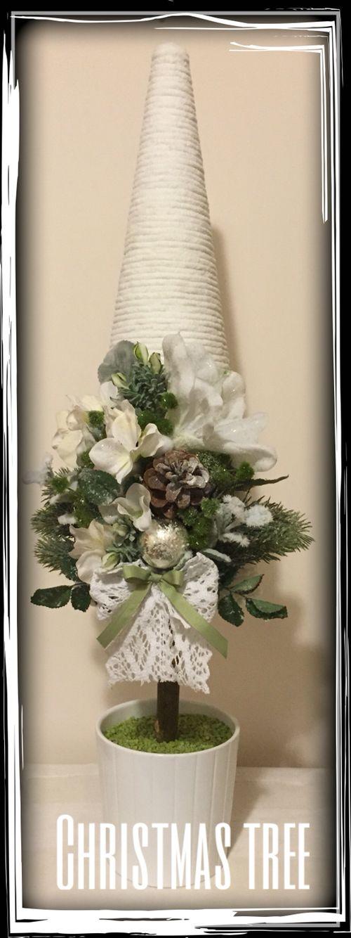 Alberello di polistirolo rivestito con filo di ciniglia bianco e decorato con fiori artificiali e nastri.