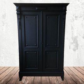 Zwarte antieke kast