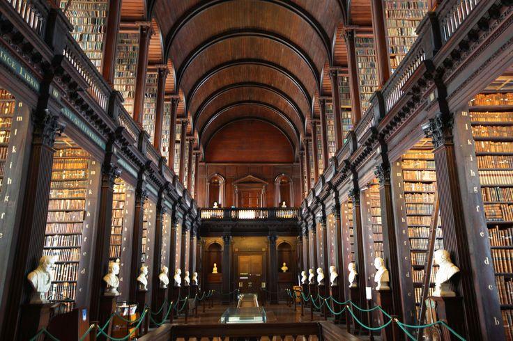 Η βιβλιοθήκη του Trinity College , Δουβλίνο, Ιρλανδία. Χτίστηκε το 1717-1732. Πολλοί υποστηρίζουν ότι το εκπληκτικό Long Room στο Trinity College Library, θυμίζει την επίθεση των κλώνων στο Star Wars Episode II. Τα αρχεία Jedi είναι παρόμοια με το long room αν και ο σκηνοθέτης αρνήθηκε κάθε ομοιότητα.
