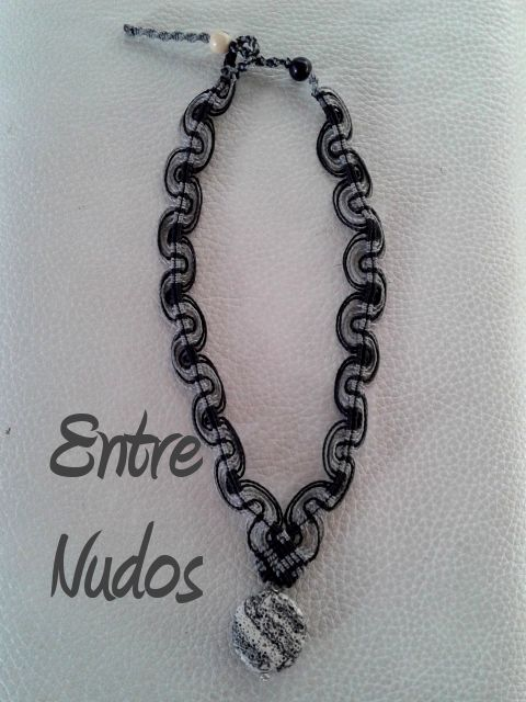 Collar de olas en gris y negro con piedra engarzada. #EntreNudosMacrame #new #grisynegro #collar #olas