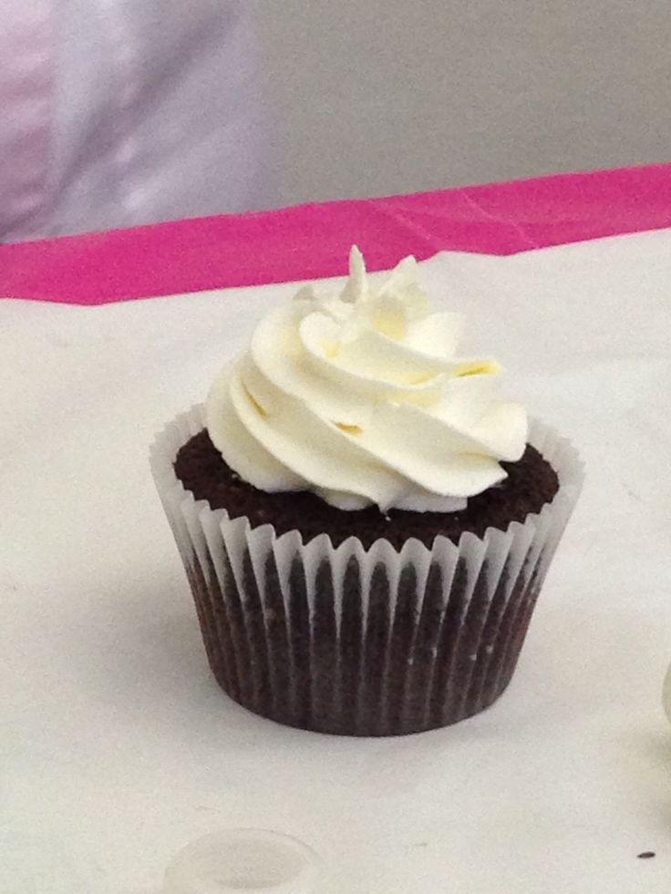 Choco cupcake with vanilla buttercream frosting. From our lessons!  Cupcake al cioccolato con crema al burro alla vaniglia.. Direttamente dai nostri corsi!