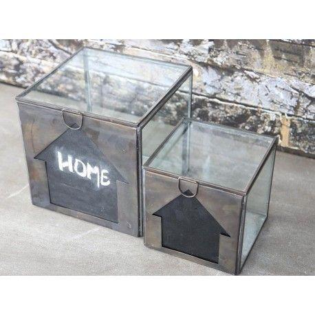 Oryginalne dekoracje prowansalskie dodadzą uroku do każdego wnętrza, na przykład genialne szklane pudełka w dwóch rozmiarach z tablicą do pisania kredą.  Więcej na:www.lawendowykredens.pl