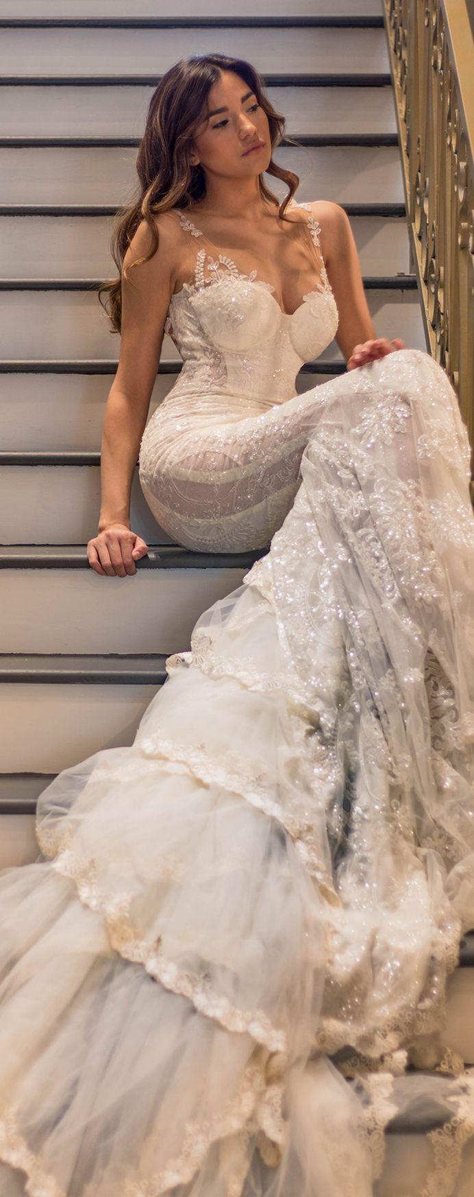 Quer vestido de noiva mais sereia que esse? O busto estruturado, cintura e quadris marcados são um charme. É da Galia Lahav Haute Couture.