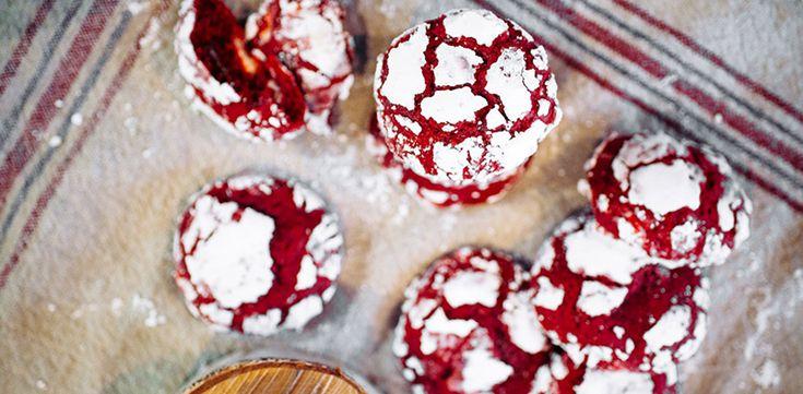 #gastro @Red Velvet Chocolate Chip Cookies Pokud jste je ještě nikdy nevyzkoušeli, věřte, že americké cookies si okamžitě bezmezně zamilujete! Není totiž nic lepšího! My vám jako dnešní páteční tip přinášíme vylepšenou vánoční verzi těchto populárních sušenek. Znáte to, na každé sváteční návštěv