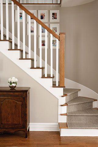 Escalier avec tapis et mur beige