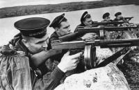 Американские пистолеты-пулеметы Томпсона в Красной Армии.Пистолеты-пулеметы Томпсона поставлялись по ленд-лизу.На снимке:морские пехотинцы ведут огонь из ПП Томпсона М 1928 А1. Год съемки:  1942-1943
