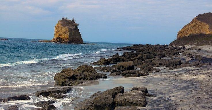 Formações rochosas formam cenário único em uma das praias de Los Frailes, Equador.  Fotografia: Felipe Floresti/UOL.
